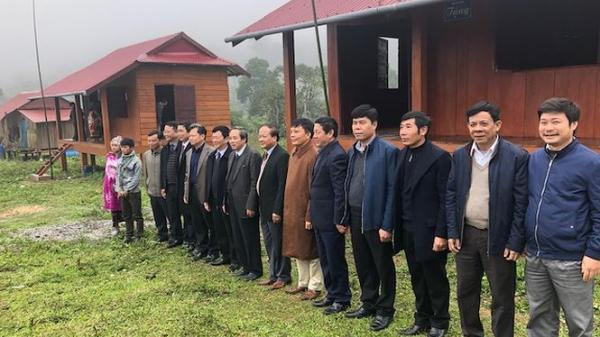 Quảng Bình: Bàn giao 37 ngôi nhà cho tộc người sợ bão đòi trở lại hang đá