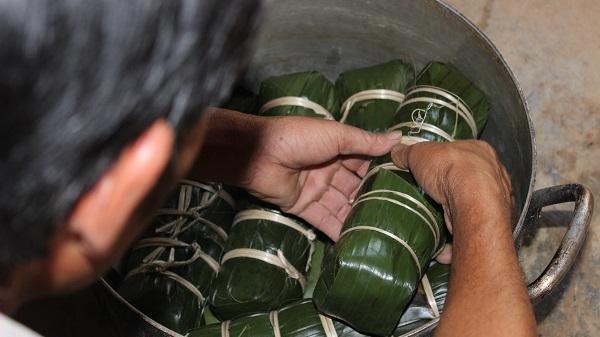 Người dân Quảng Bình quây quần bên nhau gói bánh Tét ăn Tết cổ truyền