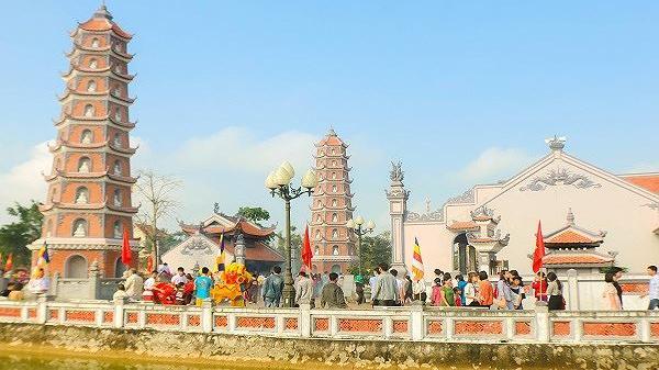 Hàng ngàn người dân đến vãn cảnh, cầu an ở ngôi chùa 700 năm ở Quảng Bình