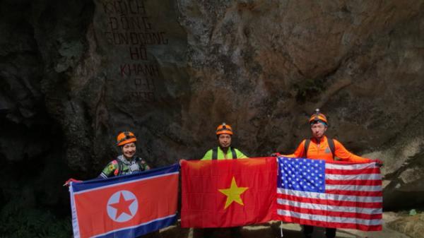 Quốc kỳ Việt Nam, Mỹ và Triều Tiên rực rỡ trong hang động Sơn Đoòng
