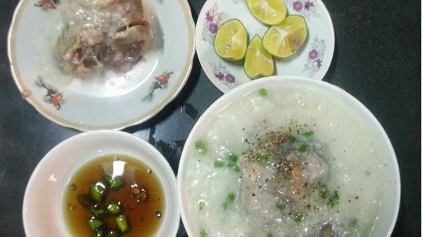"""Ăn """"cháo cùi"""" tại quán nhỏ mà ngon đến """"lịm"""" người ngay sân ga Quảng Bình"""