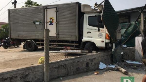 Huyện Quảng Ninh: Tông sập tiệm cắt tóc, tài xế xe tải bị b ắt đền 250 triệu đồng