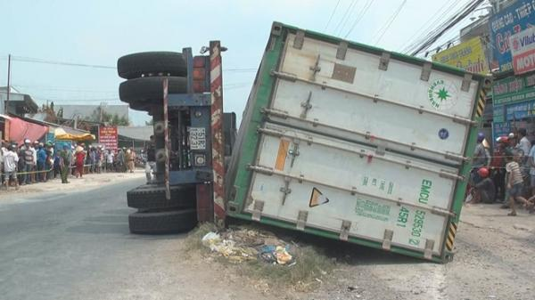 Tai nạn thảm kh ốc ở miền Tây: Xe container lật ngang đè ch ết 3 người