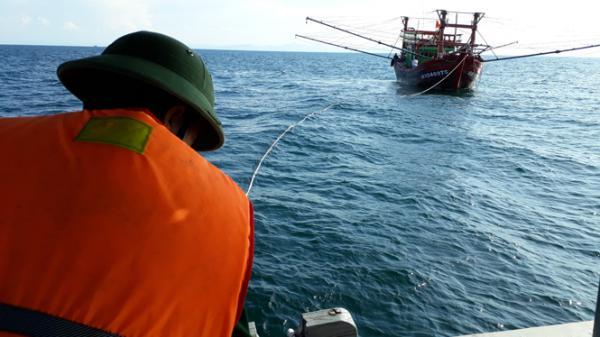 Hải đội 2 cứu tàu và 9 ngư dân gặp nạn trên biển