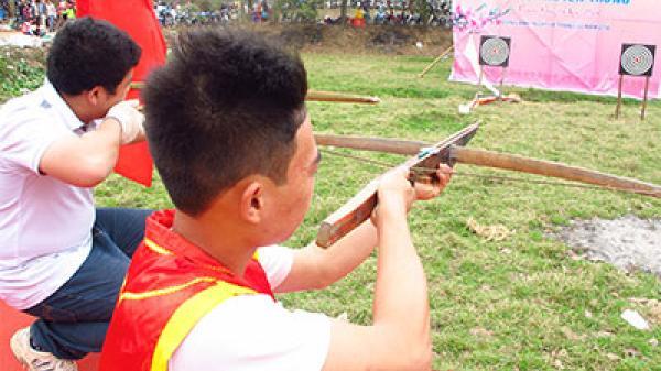 Minh Hóa: Độc đáo môn thể thao b ắn nỏ tại hội Rằm tháng 3
