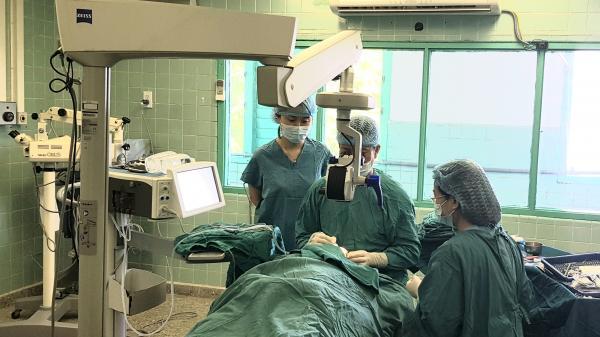 Một Việt kiều bay từ Anh về Quảng Bình để phẫu thuật mắt