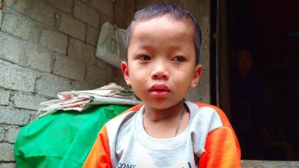 N ước mắt của bé trai 4 tuổi có mẹ bị liệt toàn thân, không dám đi học vì sợ khi về không còn nhìn thấy mẹ nữa