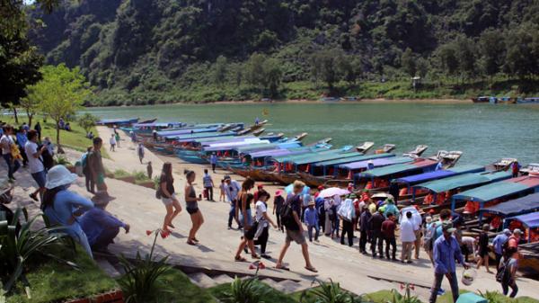 Lượng khách du lịch đến Quảng Bình tăng cao, các cơ sở lưu trú kín phòng trong dịp nghỉ lễ 30/4 và 1/5