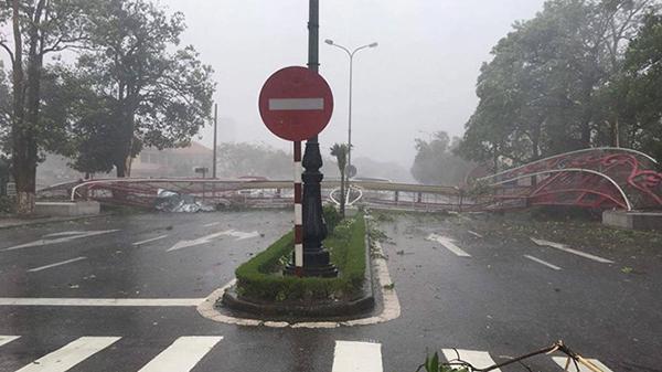 NÓNG: Bão số 10 đang đổ bộ Quảng Bình, cổng chào ở thành phố Đồng Hới đổ sập