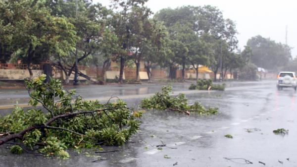 CHÙM ẢNH CẬP NHẬT: Đồng Hới oằn mình trong mưa bão