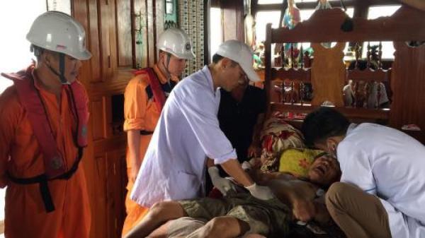Vượt biển cấp cứu thuyền viên bị tời đập vào bụng gây ng uy k ịch tại Quảng Bình