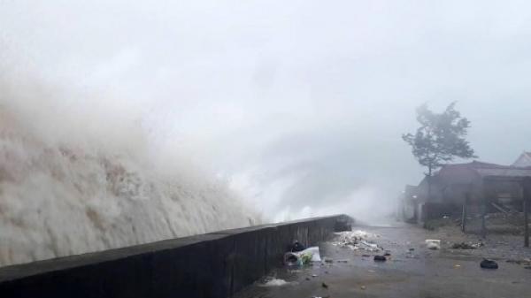 Cập nhật: Bão số 10 ra khỏi Việt Nam, miền Trung mưa như trút nước