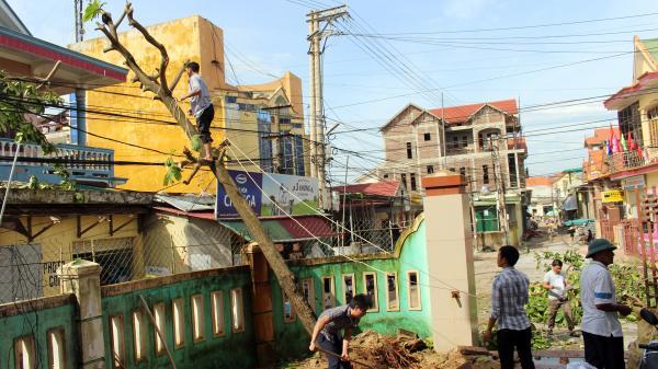Người dân Bố Trạch khẩn trương khắc phục hậu quả sau bão