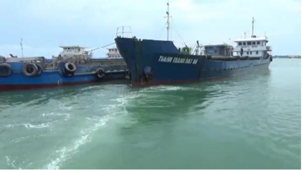Quảng Bình: Bắt giữ tàu vận chuyển 430m3 cát xây dựng trái phép