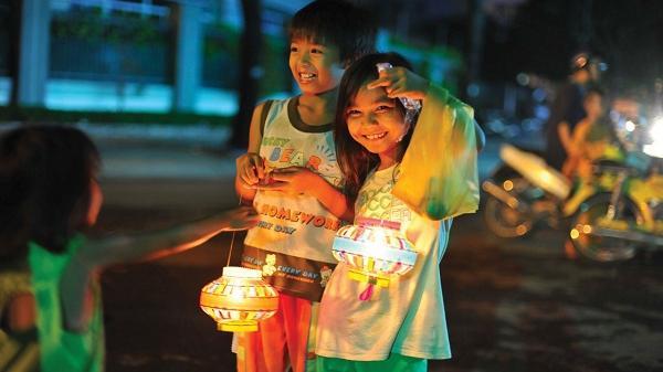 Quảng Bình ơi nhớ lắm mùa trung thu năm ấy, dưới cơn mưa nắm tay chị rước đèn ông sao...
