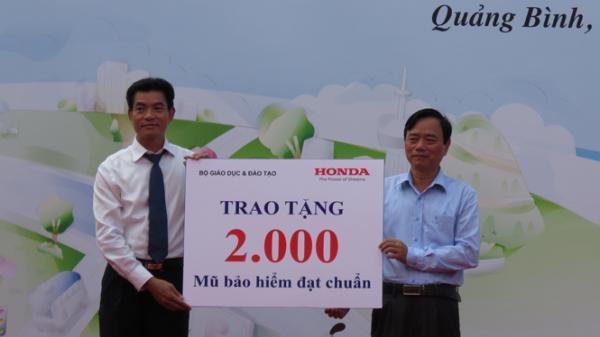 Trao tặng 2.000 mũ bảo hiểm cho học sinh Quảng Bình