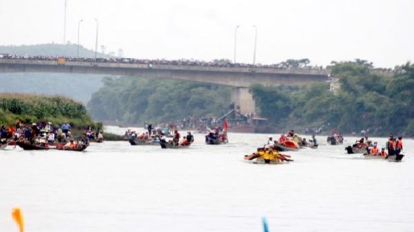 Lần đầu tiên tổ chức đua thuyền trên sông Son