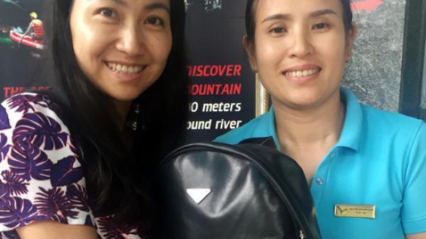 Nhân viên Trung tâm Du lịch Phong Nha-Kẻ Bàng trả lại đồ du khách để quên