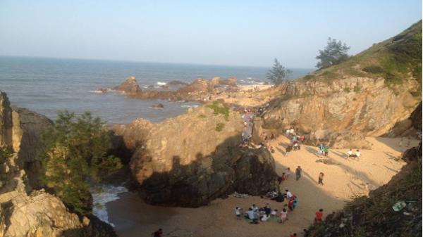 Đông đảo du khách ghé thăm bãi Đá Nhảy đẹp hoang sơ, kỳ vĩ ở Quảng Bình