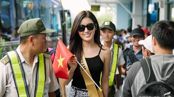 """Hơn 70 người đẹp Miss Grand International làm """"náo loạn"""" sân bay Đồng Hới"""