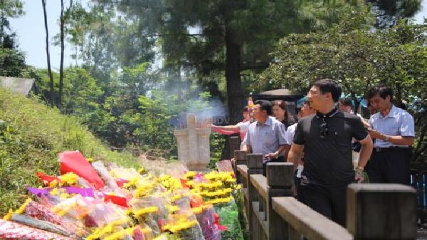 Đông đảo người viếng mộ Đại tướng Võ Nguyên Giáp dịp lễ