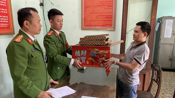 Công an phường Đồng Phú vận động người dân giao nộp hộp ph.áo khủng