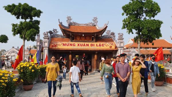 Đông đảo người dân và du khách đến chùa Hoằng Phúc ngày đầu năm