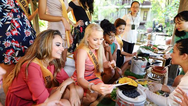 Miss Grand International 2017 đội nón lá, làm bánh bột lọc Việt Nam