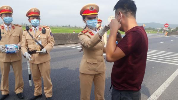 Quảng Bình: Phát khẩu trang y tế miễn phí cho người dân và tài xế