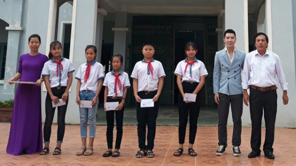 Ca sĩ Jay Hoo trao học bổng cho các em học sinh xã Hải Trạch