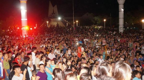 3.000 người dân Quảng Bình đội mưa gió xem Jay Hoo, Diễm Hương 'The Voice' hát
