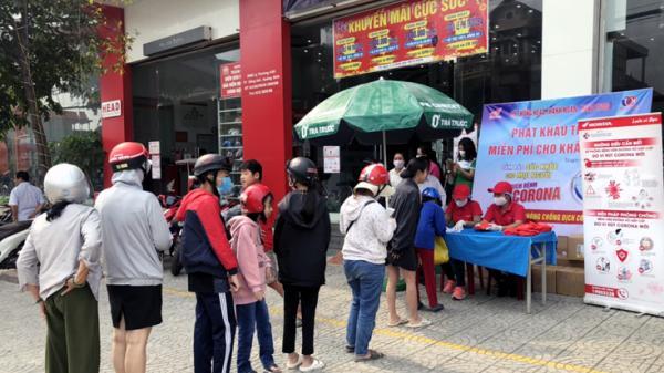 Tặng hơn 2.000 khẩu trang cho người dân trên địa bàn tỉnh Quảng Bình