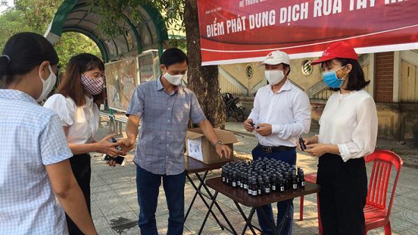 Quảng Bình: Pha chế, phát 2.000 lọ nước rửa tay khô miễn phí