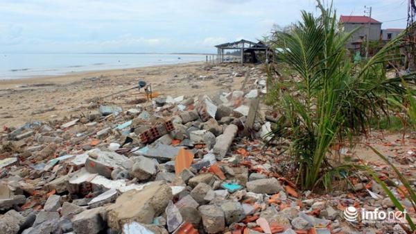 """Quảng Bình: Biển tiến sát làng, hàng trăm ngôi nhà có nguy cơ bị """"nuốt chửng"""""""