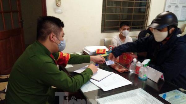 Quảng Bình: Ph.ạt tiền 2 vợ chồng ra đường không đeo khẩu trang