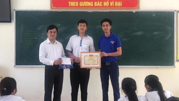 Nam sinh lớp 11 ở Quảng Bình lao xuống biển cứu bé gái đuối nước