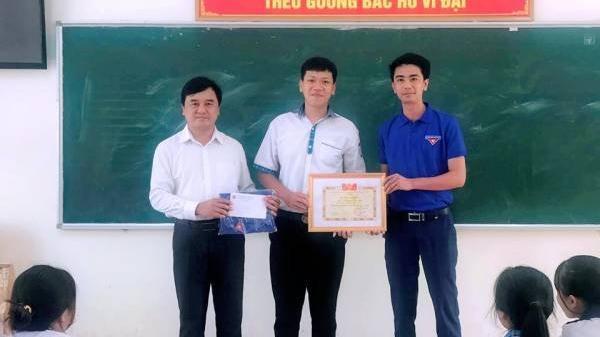 Tặng Bằng khen của Chủ tịch UBND tỉnh cho em Nguyễn Tiến Bắc dũng cảm cứu người bị đuối nước