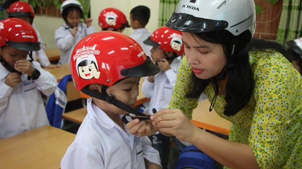 Công ty Honda Việt Nam trao tặng mũ bảo hiểm cho học sinh lớp Một năm học 2020 - 2021 trên địa bàn toàn tỉnh