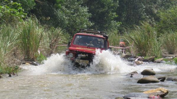 Xem ô tô địa hình chinh phục các cung đường hiểm ở Trường Sơn