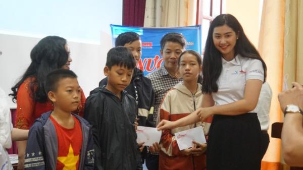 Vẻ đằm thắm của Người đẹp truyền thông Phạm Ngọc Linh ở huyện miền núi Quảng Bình