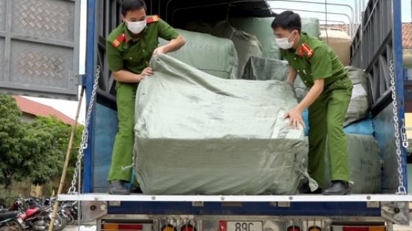 Công an huyện Bố Trạch bắt số lượng hàng lậu khủng gần 2 tỷ đồng khi đang trên đường đi tiêu thụ