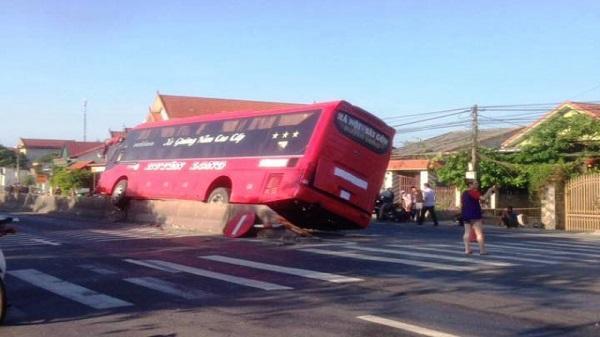 Quảng Bình: Xe khách 'trèo' lên giải phân cách, hành khách hoảng loạn