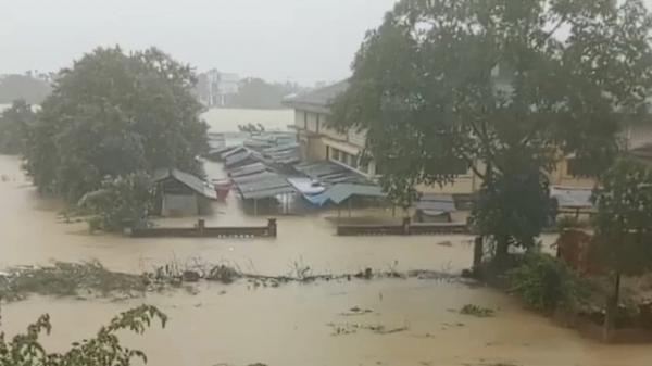 Thương lắm Quảng Bình ơi, nước lũ ngập nhà rồi!