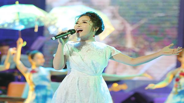 """Ca sĩ 9X Bạch Trà – """"cơn gió lạ"""" trong đêm nghệ thuật """"Quảng Bình trong câu hát"""""""