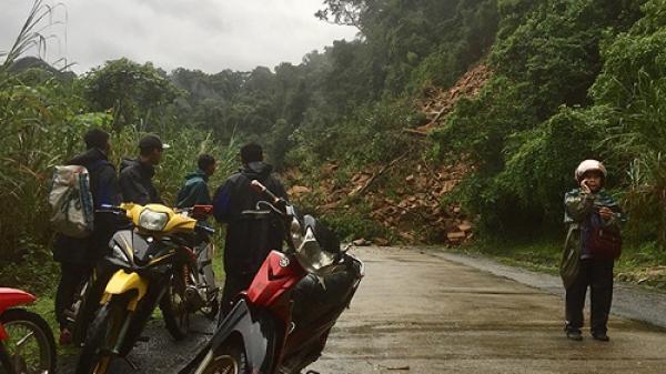Quảng Bình: Sạt lở nghiêm trọng trên đường Hồ Chí Minh, một xe máy bị vùi dưới đất đá