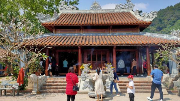 Dòng người chen chân viếng Đền thờ Bà Chúa Liễu Hạnh đầu năm