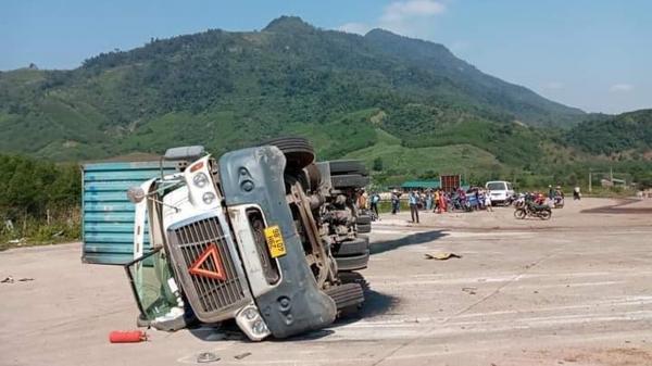 Quảng Bình: Xe container lật, đè chết 2 người đi xe máy trên quốc lộ 12A