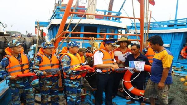 Vùng Cảnh sát biển 1 đồng hành cùng ngư dân Quảng Bình