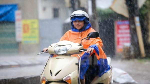 Bắc Bộ mát mẻ, từ Thanh Hóa trở vào có mưa dông kèm gió giật