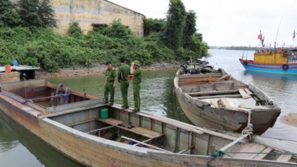 Quảng Bình: Phát hiện, bắt giữ 2 thuyền 'rút ruột' lòng sông Long Đại